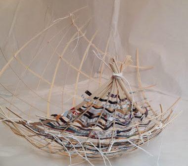 Une-structure-de-barque-en-osier-tressée-de-bandes-de-papier